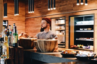 Moxy Berlin Ostbahnhof schwulenfreundliche Hotelreview All Cinnemon buns to Karl, please! | MOXY Hotel Berlin Ostbahnhof Gay-friendly © Coupleofmen.com